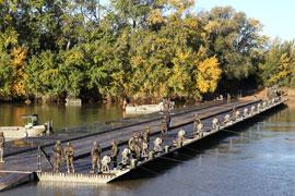 El Puente Tablero Flotante sobre el rio Ebro