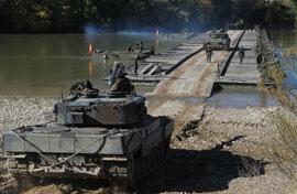 Un Leopard atraviesa el Puente Flotante