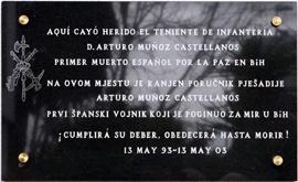 La placa recuerda al 'primer muerto español por la paz'