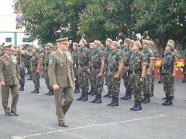 El general Colás Campo pasa revista a la formación