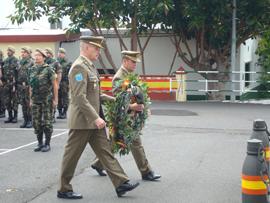 El general y el coronel portan la corona de laurel
