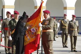 La madrina besa la Bandera