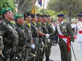 El general Aparicio saluda a los asistentes