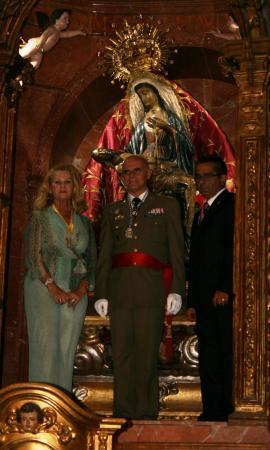 El general tras la entrega del aleo a la Vírgen de África