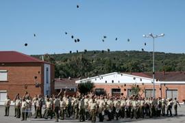 Los soldados en el momento de lanzar las boinas al aire