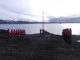Arriado de la Bandera en Isla Decepción