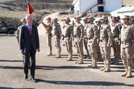 El ministro pasa revista a la formación en Afganistán