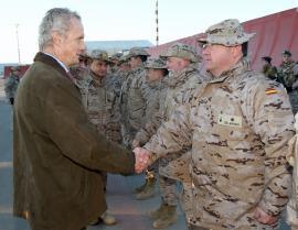 El titular de Defensa saluda a los militares españoles