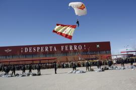 El último paracaidista porta la Bandera de España