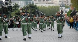 Retreta militar por la tarde en la capital