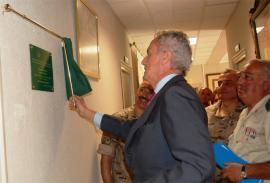 El ministro descubre la placa conmemorativa