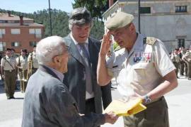 El JEME entregó la Bandera al quinto más veterano