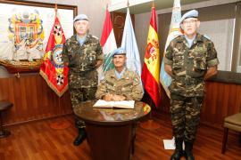El general Serra firma en el Libro de Honor