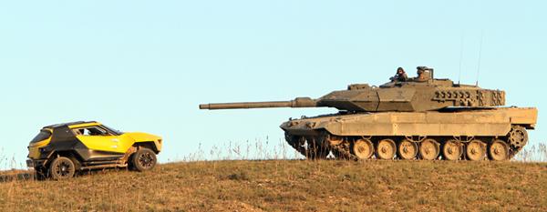 El Leopardo 2E frente a un buggy Fornasari