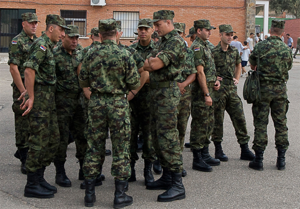 Militares serbios tras su llegada a la base cordobesa