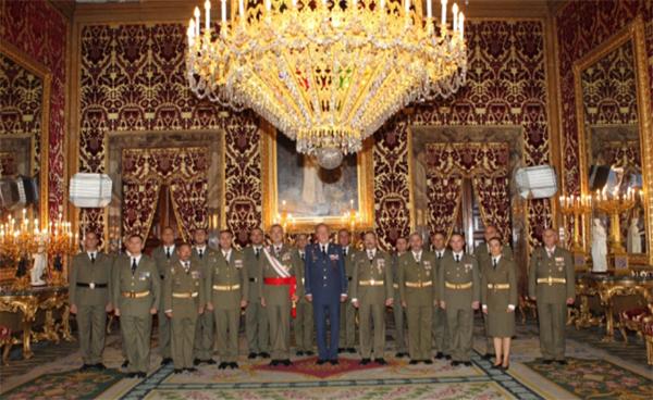 """El Rey con la comisión del Regimiento """"Alcántara"""" nº 10"""