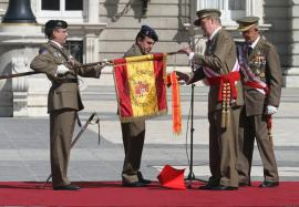 El Rey coloca la corbata en el Estandarte