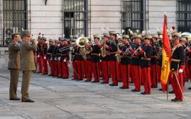 Los jefes de los Ejércitos saludan a la Bandera