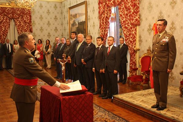 El teniente general Martín Villalón jura el cargo