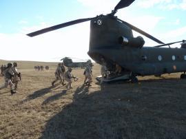 Embarque en un Chinook en una de las prácticas