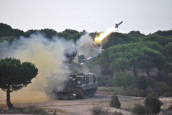 Lanzamiento de uno de los misiles del Roland