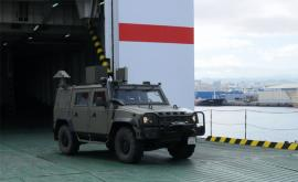 Un vehículo Lince sale del buque de transporte