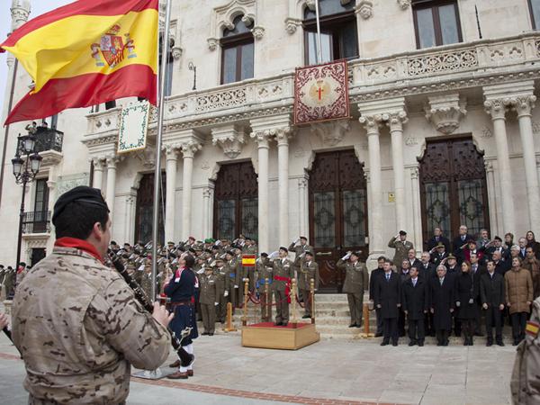 Momento del izado de Bandera en el acto