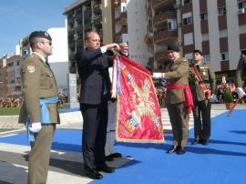 El presidente Monago coloca la corbata