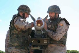 Dos sirvientes con el misil AMRAAM