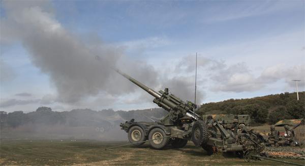 Fuego de una pieza de artillería en el ejercicio