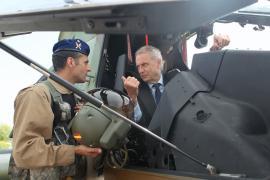 """El ministro en el helicóptero """"Tigre"""""""