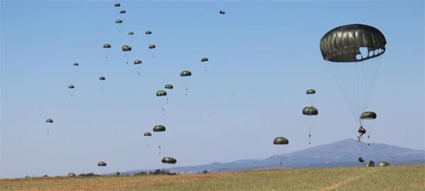 Lanzamiento paracaidista en el ejercicio