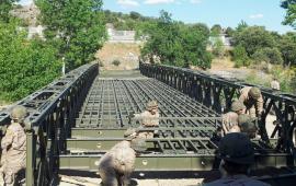 Labores de montaje del puente Bailey