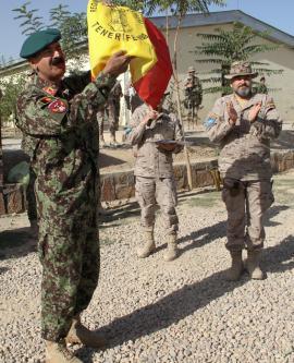 El general Wafadar con la Bandera de Mochila