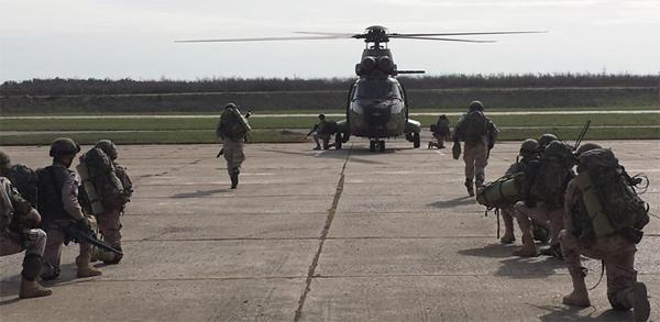 Preparados para embarcar en el helicóptero