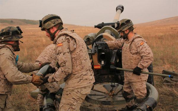 Los artilleros realizan fuego en el ejercicio