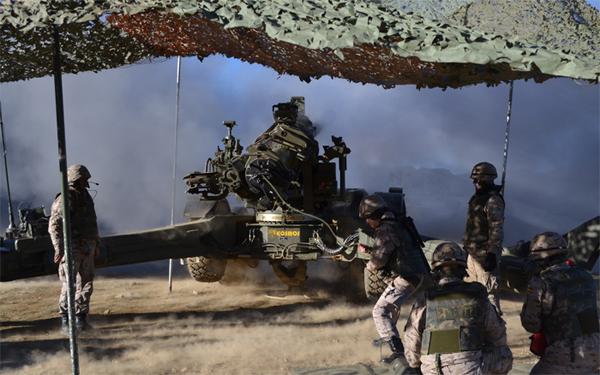 Disparo de una pieza de Artillería en el ejercicio