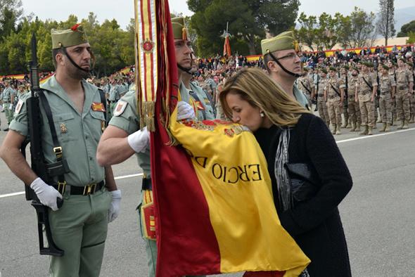 Una de los jurandos besa la Bandera (Foto:BRILEG)