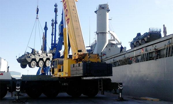Un BMR es desembarcado en Cartagena