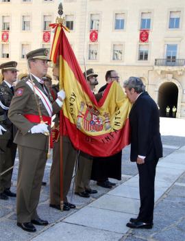 Uno de los jurandos besa la Bandera