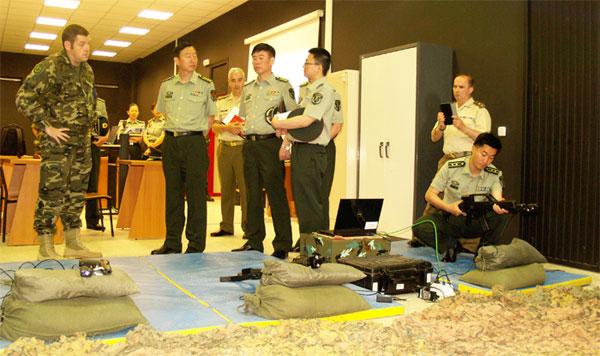 Los militares chinos en la visita a la Academia