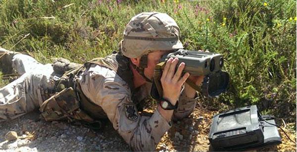 Observador anotando objetivos en datos de tiro