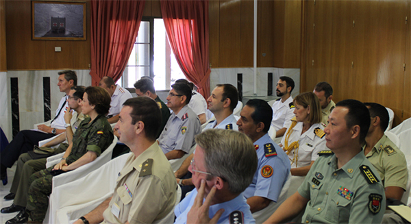 Los agregados asisten a la conferencia