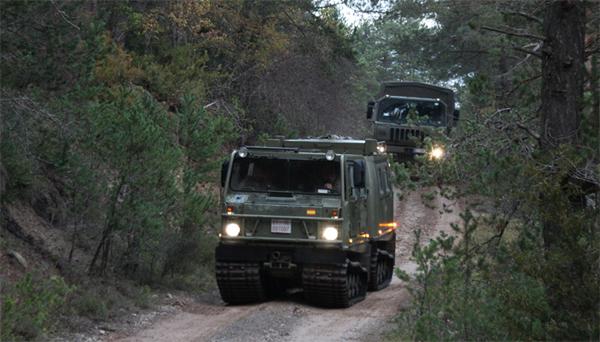 Vehículos militares en el valle de la Guarguera