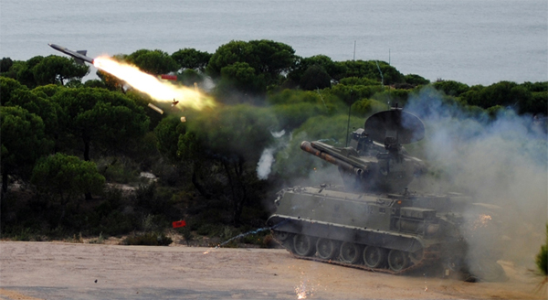 Lanzamiento de uno de los misiles Roland
