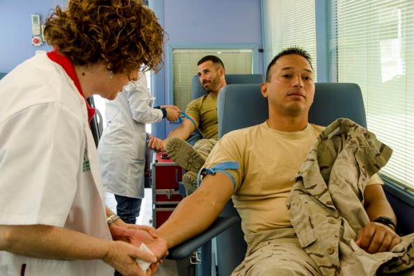 Dos de los militares en la extracción de sangre