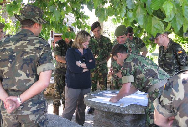 Militares de los dos países consultan un plano