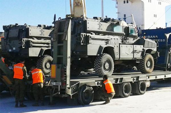 Carga de los MRAP tras su llegada vía marítima