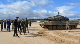 """Los visitantes con el general Conde ante un """"Leopardo"""""""
