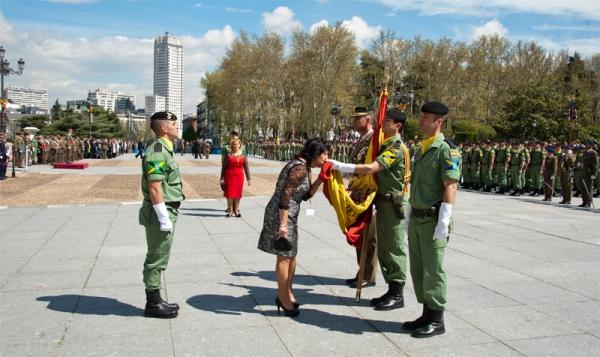 Una jurando besa la Bandera en la plaza de Oriente